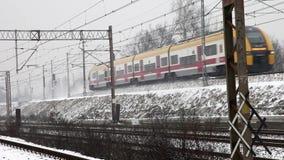 Trein in sneeuwdag stock videobeelden
