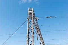 Trein of spoorweg de steun van de machtslijn De lijnen van de spoorwegmacht met hoogspanningselektriciteit op metaalpolen tegen b stock afbeelding