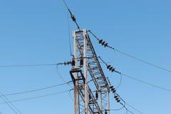 Trein of spoorweg de steun van de machtslijn De lijnen van de spoorwegmacht met hoogspanningselektriciteit op metaalpolen tegen b royalty-vrije stock afbeelding