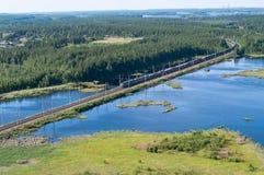 Trein tussen meren en bossen stock fotografie