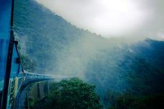 Trein tussen nevel en regen Royalty-vrije Stock Afbeeldingen