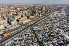 Trein tussen oude en nieuwe districten van Tyumen-stad Stock Foto