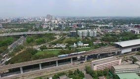 Trein van Bangkok aan Suvarnabhumi-Luchthaven, Thailand, Luchtvideo stock video