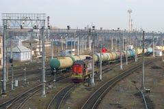Trein van de auto's van de spoorwegtank op de vrachtwerf in de April-dag royalty-vrije stock afbeelding