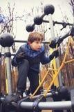 Trein van de Preteen de knappe jongen in openluchtgymnastiek opleidingsgrond Royalty-vrije Stock Foto's