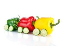 Trein van diverse paprikagroenten en komkommers die wordt gemaakt Royalty-vrije Stock Fotografie