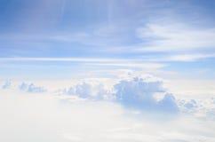 Trein van wolken over een overzees van mist Royalty-vrije Stock Afbeelding