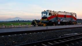 Trein in Zonsondergangtijd met Merbabu-Berg Stock Afbeelding