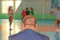 Treinador da equipa de basquetebol imagem de stock