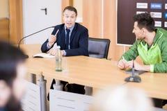 Treinador de esportes na conferência de imprensa fotografia de stock