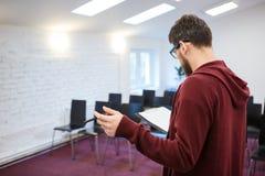 Treinador do negócio que lê seu discurso na sala de reunião vazia backside fotos de stock