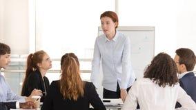 Treinador fêmea sério do gerente do chefe que conduz a reunião de grupo incorporada fotos de stock