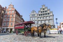 Treinador puxado por cavalos no quadrado histórico em Luneburg foto de stock