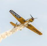 Treinamento Aerobatic de Jurgis Kairys do piloto do avião no céu da cidade Avião colorido com fumo do traço, airbandits, aeroshow Imagem de Stock