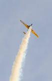 Treinamento Aerobatic de Jurgis Kairys do piloto do avião no céu da cidade Avião colorido com fumo do traço, airbandits, aeroshow Fotos de Stock Royalty Free
