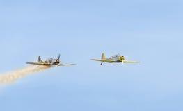Treinamento Aerobatic de Jurgis Kairys do piloto do avião no céu da cidade Avião colorido com fumo do traço, airbandits, aeroshow Imagens de Stock Royalty Free