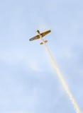 Treinamento Aerobatic de Jurgis Kairys do piloto do avião no céu da cidade Avião colorido com fumo do traço, airbandits, aeroshow Foto de Stock Royalty Free