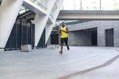 Treinamento afro-americano considerável do corredor e movimentar-se em um verão d imagem de stock