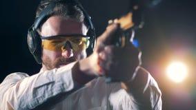 Treinamento armado em uma escala de tiro, fim do homem acima video estoque