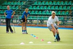 Treinamento arqueado da equipe da menina em um estádio Fotos de Stock