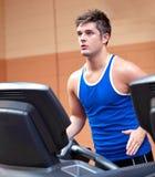 Treinamento atlético concentrado do homem em uma escada rolante fotos de stock