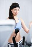 Treinamento atlético da mulher na ginástica fotografia de stock