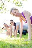 Treinamento atlético feliz do grupo imagens de stock