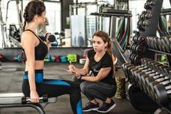 Treinamento atlético no gym imagem de stock