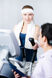 Treinamento atlético da mulher no instrumento do treinamento no gym com ônibus Fotos de Stock Royalty Free