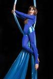 Treinamento bonito da ginasta na seda aérea Foto de Stock Royalty Free