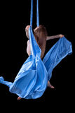 Treinamento bonito da ginasta na seda aérea Foto de Stock