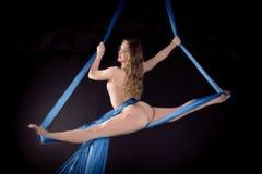 Treinamento bonito da ginasta na seda aérea Fotos de Stock Royalty Free