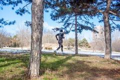Treinamento caucasiano novo do homem do corredor no parque do inverno fotografia de stock