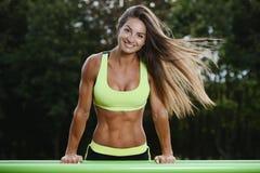 Treinamento caucasiano novo muscular atlético forte bonito do exercício da mulher da aptidão do esporte exterior no gym na dieta  foto de stock royalty free