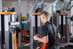 Treinamento considerável do homem do ajuste na máquina da fileira Foto de Stock