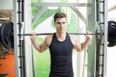 Treinamento considerável do homem no gym imagem de stock