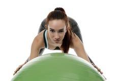 Treinamento consideravelmente de olhos azuis da menina com bola da aptidão Fotografia de Stock