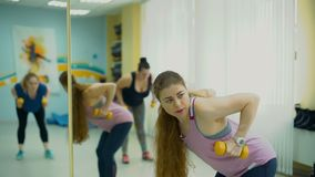 Treinamento da aptidão com o instrutor pessoal no gym video estoque