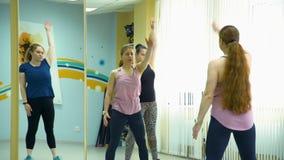 Treinamento da aptidão de mulheres gordas em um Gym video estoque