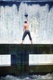 treinamento da esfera do peso do homem na natureza fotografia de stock