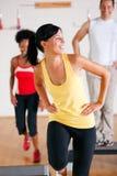 Treinamento da etapa na ginástica com instrutor Imagens de Stock