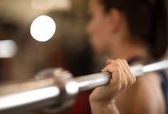 Treinamento da jovem mulher com o barbell no gym Imagens de Stock Royalty Free