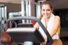 Treinamento da mulher em um gym imagens de stock
