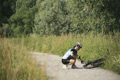 Treinamento da jovem mulher no Mountain bike e ciclismo no parque imagem de stock royalty free