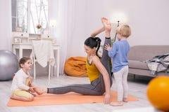 Treinamento da mãe e jogo inspirados das crianças Imagens de Stock Royalty Free