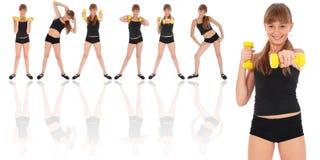 Treinamento da menina da aptidão da ginástica seu corpo com dumbbell fotografia de stock royalty free
