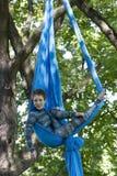 Treinamento da menina em sedas no ar livre Fotos de Stock Royalty Free