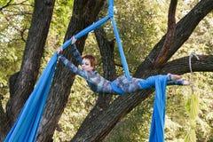 Treinamento da menina em sedas no ar livre Imagens de Stock Royalty Free