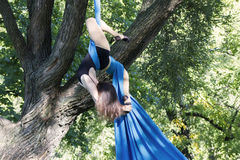 Treinamento da menina em sedas no ar livre Fotografia de Stock