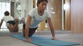 Treinamento da mulher adulta no gym novo do esporte da cidade filme